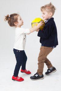 子供-喧嘩-取り合い