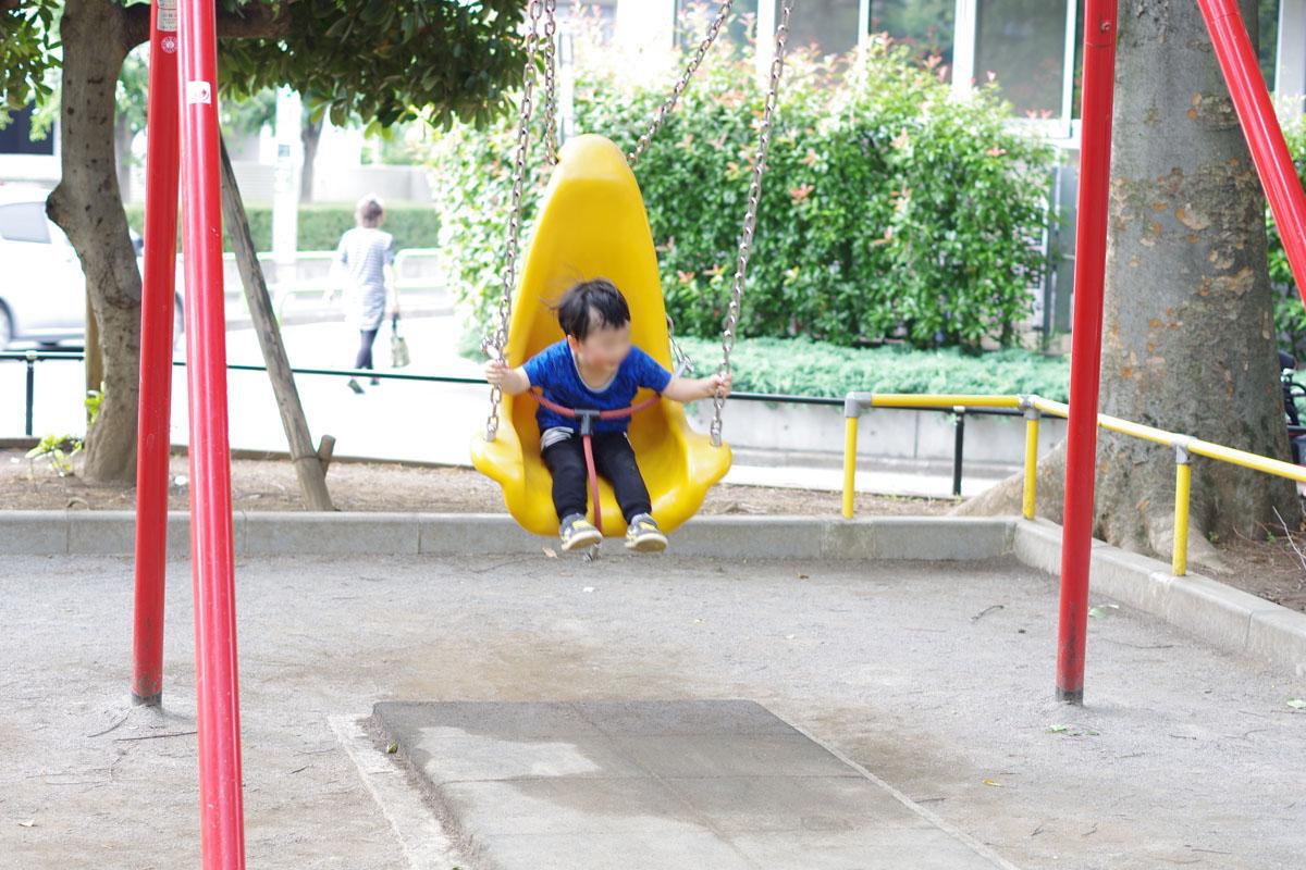 練馬駅 区役所近くにある豊玉公園(通称タコ公園) (18) 安全装置 ベルト付きのブランコ
