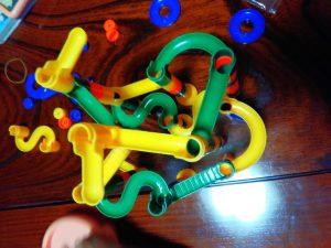ビー玉を転がす知育玩具は100均でも。