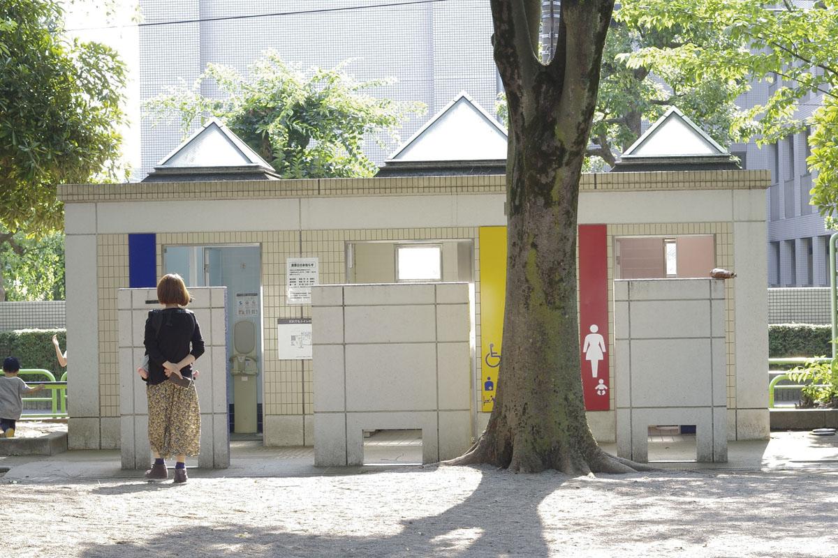 豊玉公園(通称タコ公園)のだれでもトイレには男女の真ん中にだれでもトイレがあります