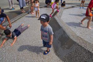 思い思いに水遊びする子供達