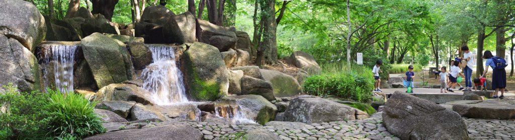 井草森公園-山の上から水が流れ、滝もあります。