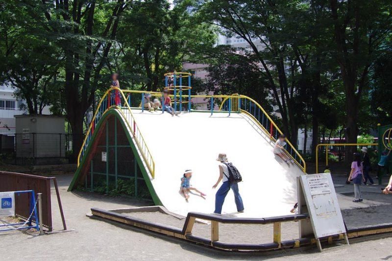 新宿中央公園 コンクリート滑り台