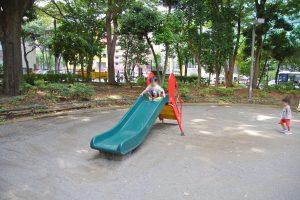 公園奥の滑り台