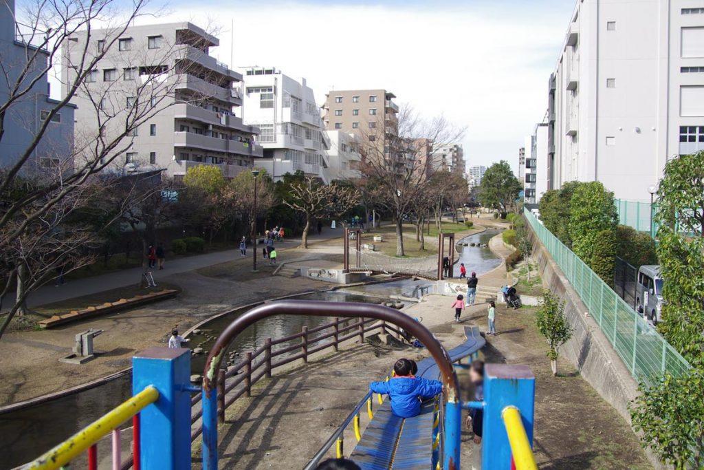 大横川親水公園 ローラー滑り台の上