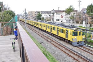 東伏見公園 西武新宿線の電車が間近で見られる